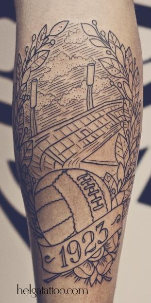 old school neo traditional tattoo цветная тату на ноге стадион мяч татуировка в традиционном стиле