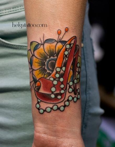 shoe old school neo traditional tattoo flower beads цветная тату на руке на запястьи татуировка в традиционном стиле бусы цветок