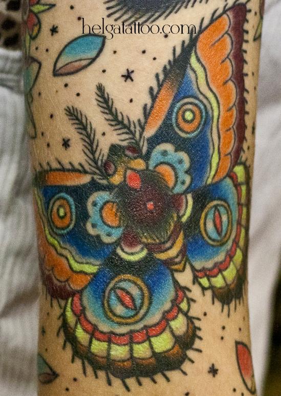 old school neo traditional tattoo игееукадн цветная тату на руке цветочки лепестки татуировка в традиционном стиле