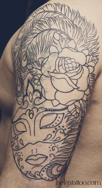old school neo traditional tattoo Venetian  mask черно-белая тату на плече венецианский карнавал маски татуировка в традиционном стиле cover up перекрытие некачественной старой татуировки портаков