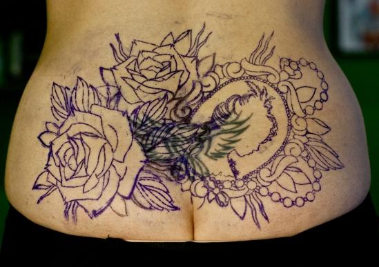 стенсил перекрытие некачественной старой татуировки портаков old school neo traditional tattoo цветная тату татуировка в традиционном стиле  олд скул камея цветы