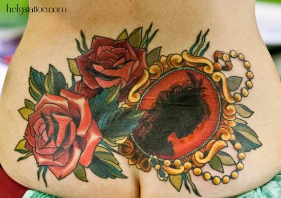 cover up перекрытие некачественной старой татуировки портаков  old school neo traditional tattoo cameo camafeo rose rosa tatuaje цветная тату на спине пояснице татуировка в традиционном стиле  олд скул медальон розы камея девушка