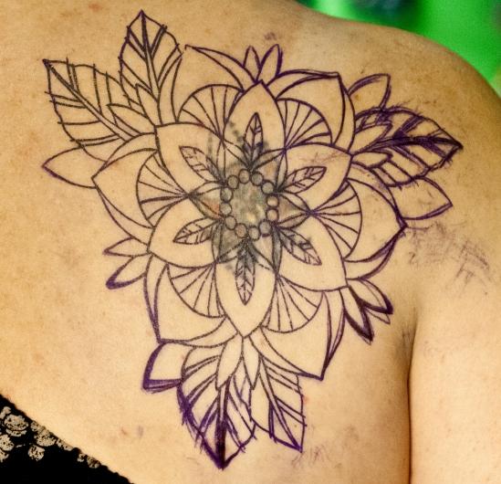 перекрытие некачественной старой татуировки портаков old school neo traditional tattoo цветная тату на спине татуировка в традиционном стиле  орнаментальный цветок олд скул  в Питере