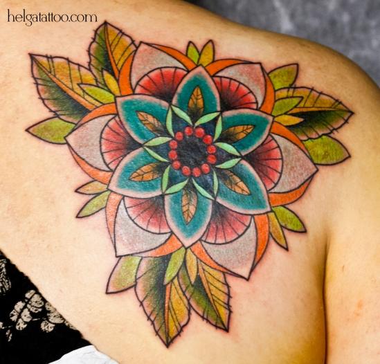 перекрытие некачественной старой татуировки портаков old school neo traditional tattoo flower ornamental flor tatuaje  цветная тату на лопатке татуировка в традиционном стиле  олд скул орнаментальные цветы узор