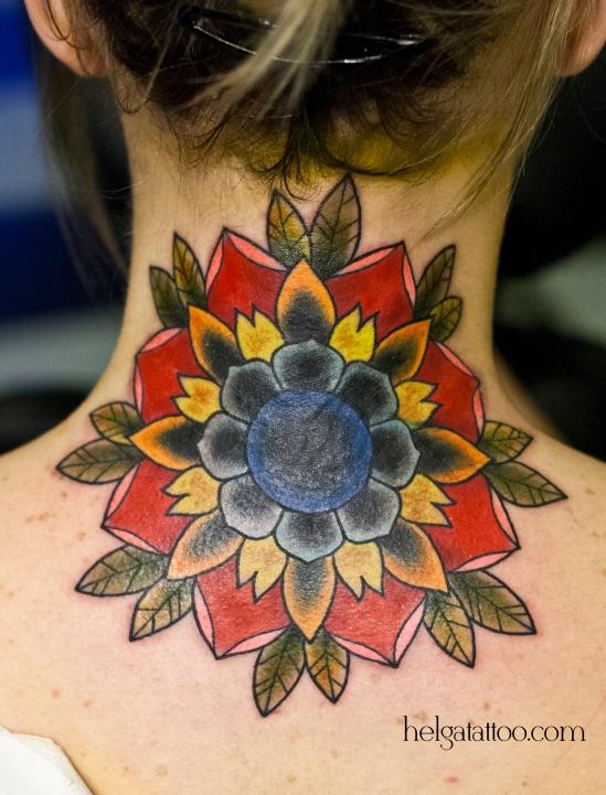 old school neo traditional neck tattoo flower tatuaje flor  тату в традиционном стиле традиция олд скул традишнл   цветная татуировка на шее cover up исправление перекрытие некачественных старых татуировок портаков кавер татуировка в Санкт-Петербурге