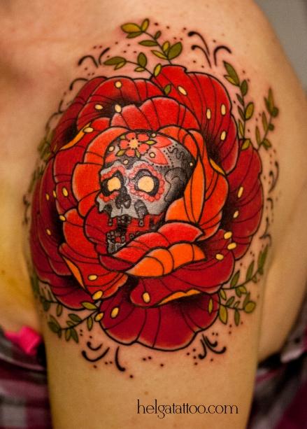 old school neo traditional tattoo tatuaje cráneo rose rosa el Día de los Muertos муэрте muerte день мертвых тату в традиционном стиле традиция олд скул традишнл skull  цветная татуировка на плече в Санкт-Петербурге