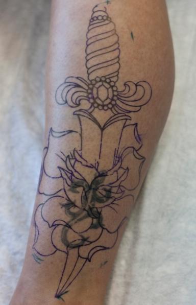 old school neo traditional tattoo tatuaje dagger knife rose rosa daga тату в традиционном стиле традиция олд скул традишнл   цветная татуировка  cover up исправление перекрытие некачественных старых татуировок портаков кавер