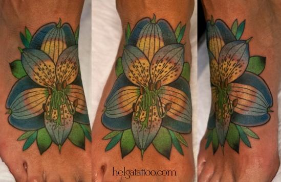 альстромерия old school neo traditional tattoo flower flor цветок tatuaje тату в традиционном стиле традиция олд скул традишнл   цветная татуировка в Санкт-Петербурге