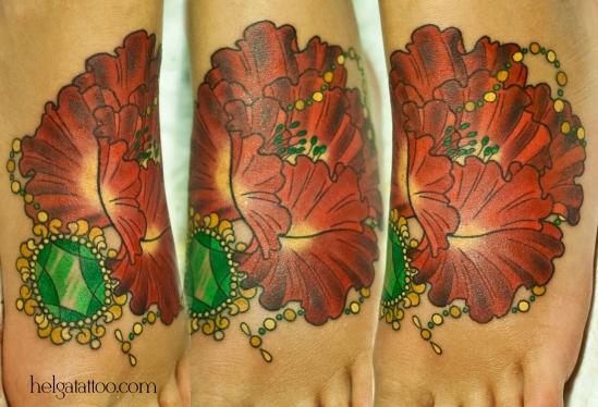 мак amapola медальон medallón medallion изумруд драгоценности old school neo traditional tattoo for girl flower flor tatuaje тату в традиционном стиле традиция олд скул традишнл   цветная татуировка в Санкт-Петербурге