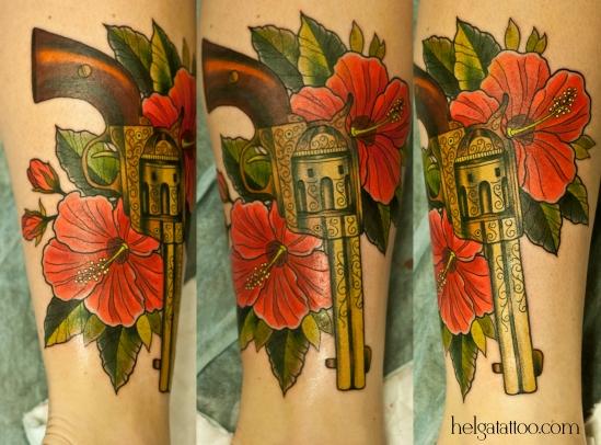 пистолет гибискус роза цветы каркадэ hibisco hibiscus pistola weapon arma revolver gun flower flor for girl beautiful revólver  old school neo traditional tattoo tatuaje тату в традиционном стиле традиция олд скул традишнл   цветная татуировка  в Санкт-Петербурге