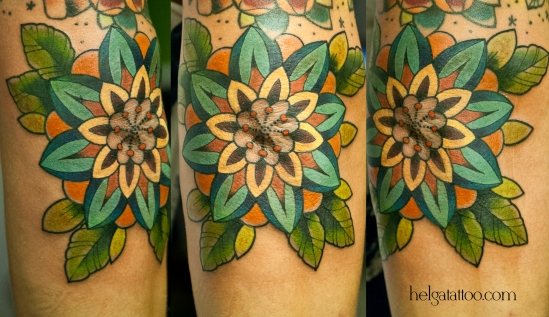 локоть old school neo traditional tattoo tatuaje flower flor декоративный орнаментальный красивый цветок тату в традиционном стиле традиция олд скул традишнл   цветная татуировка  в Санкт-Петербурге