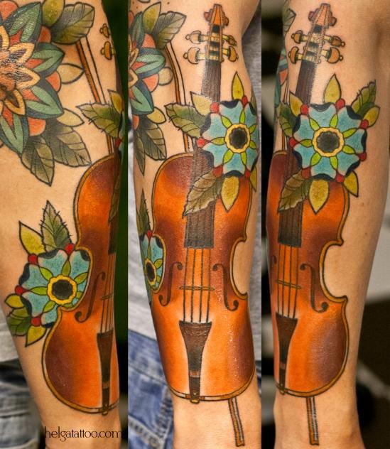 скрипка цветы flower flor music instrument музыка муза old school neo traditional tattoo tatuaje тату в традиционном стиле традиция олд скул традишнл   цветная татуировка  в Санкт-Петербурге