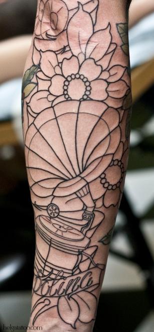 цветы gramophone flowersold school neo traditional tattoo tatuaje тату в традиционном стиле традиция олд скул традишнл   цветная татуировка  в Санкт-Петербурге